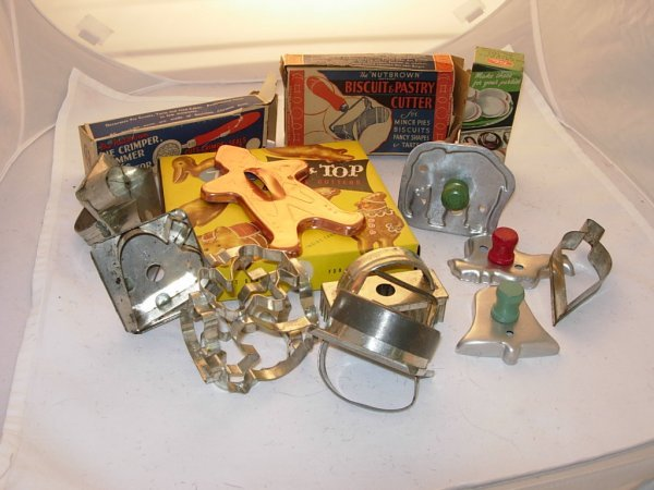 1021: Collection of 35 early cookie cutters, 1 biscuit