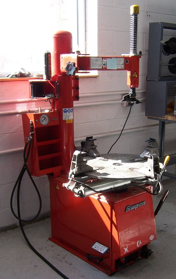 4002: Snap-On Motorcycle Tire Changing Machine