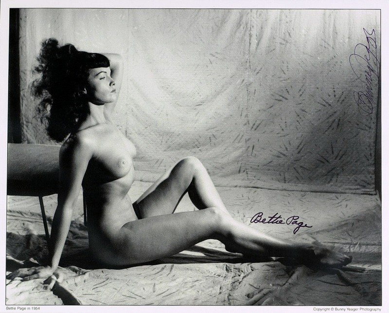 1263: BETTIE PAGE & BUNNY YEAGER - Nude Photo Signed