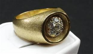 14K yg mans ring wa circle of pave diamonds