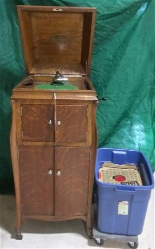 Oak case wind up Victrola