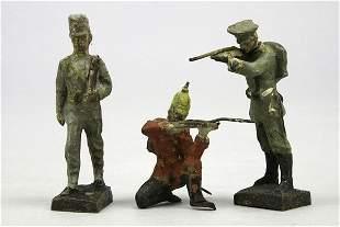 3 Soldaten, 1. WK, tw kämpfend, Lackschäden, H 8,