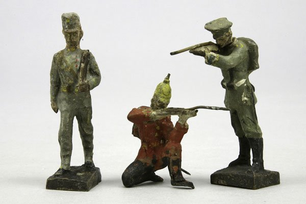 1000: 3 Soldaten, 1. WK, tw kämpfend, Lackschäden, H 8,