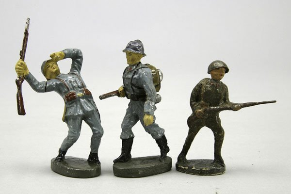 1004: 3 Soldaten, 2 Elastolin Franzosen, 1 mit Gewehr,