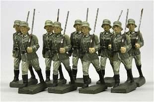 9 Lineol Soldaten mit Gewehr und Tornister, im Ma