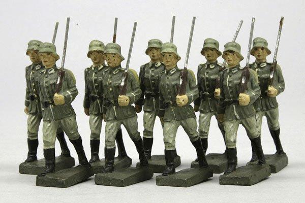 1005: 9 Lineol Soldaten mit Gewehr und Tornister, im Ma