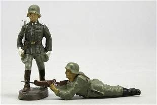 2 Soldaten, 1 im Marsch mit Degen und 1 liegend s