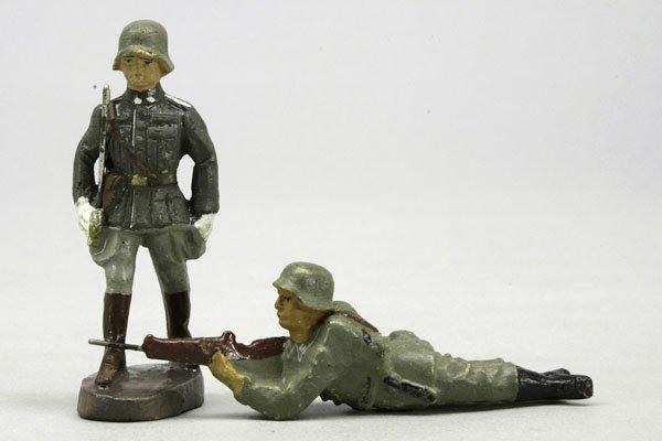 1008: 2 Soldaten, 1 im Marsch mit Degen und 1 liegend s