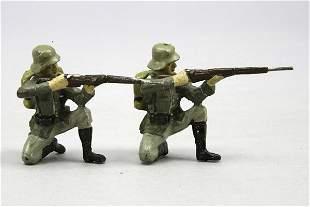 2 Elastolin Soldaten, kniend mit Gewehr schießend