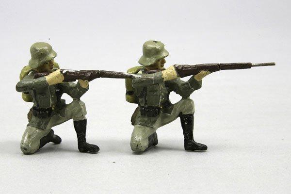 1009: 2 Elastolin Soldaten, kniend mit Gewehr schießend