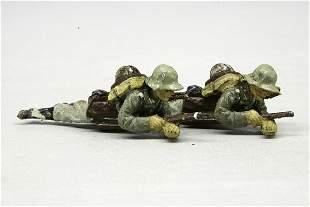 2 Elastolin Soldaten, liegend mit Gewehr im Ansch