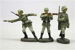 3 E Soldaten, mit Tornister, im Marsch, stehend s