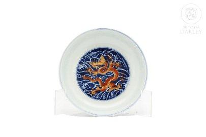 Plato de dragón esmaltado en azul y rojo, Qianlong.