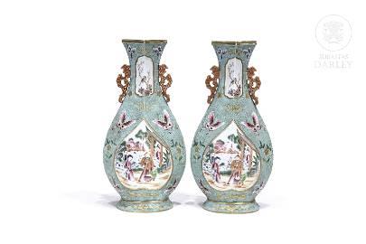 "Pair of famille rose vases ""Mandarin pattern"", Qing"