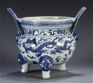 CHINESE BLUE AND WHITE PORCELAIN TRIPLE FEET CENSER