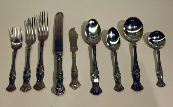 27: 69 PCS. ROGERS VINTAGE PATTERN SILVERPLATED FLATWAR