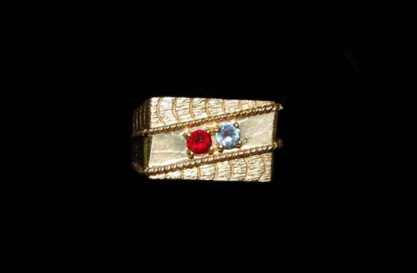 233: 10 K YELLOW GOLD GENTLEMANS RING WITH TWO SEMI PRE