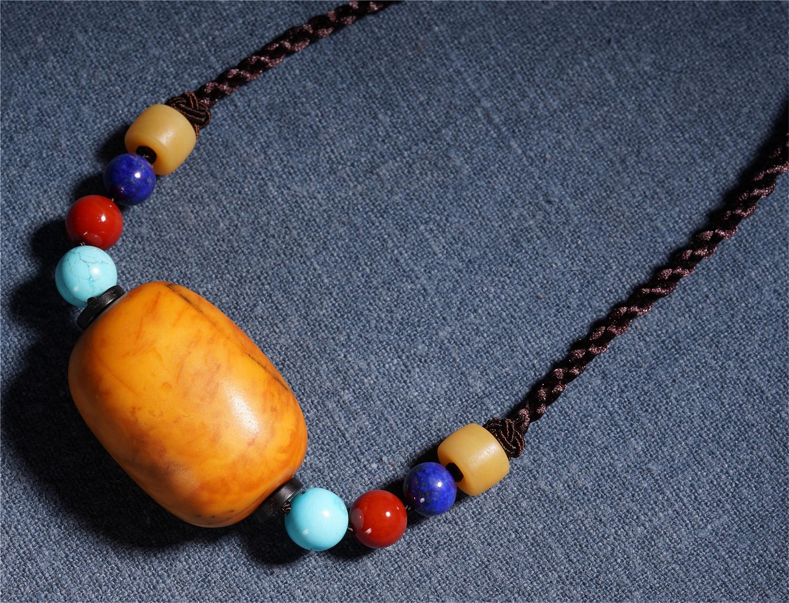 AN ANCIENT CHINESE AMBER CARVED NECKLACE