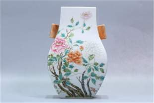 A CHINESE GUAN TYPE FAMILLE ROSE DOUBLE HANDLED VASE