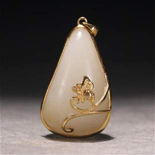 A CHINESE GOLD MOUNTED JADE PENDANT