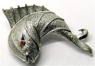 VINTAGE JJ SILVER TONED FISH BROOCH WITH