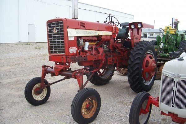5857: International Harvester 656 D Tractor