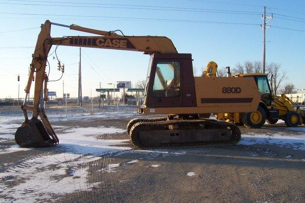 1007: Case 880D Excavator