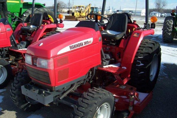 1016: Mahindra 3015 Tractor
