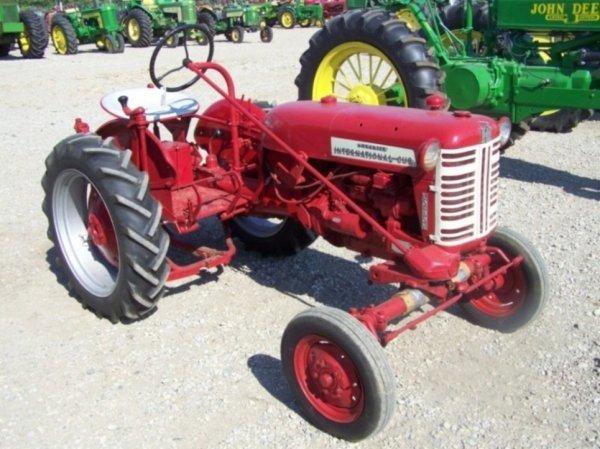 528: IH Farmall Cub Low Boy Farm Tractor