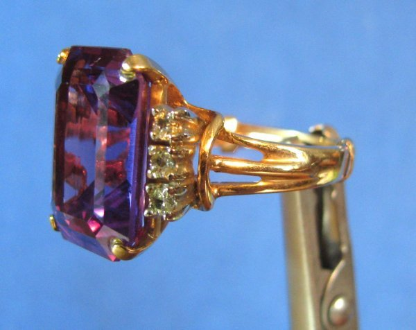 30: A Lady's 10k Gold & Amethyst Ring
