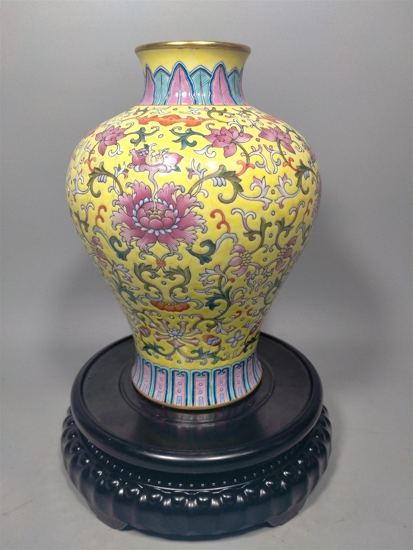 Famille rose ceramic vase in Qianlong period