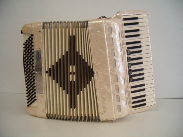1022: LINDO 3/4 SIZE ACCORDION (WORKS) (SMALL CRACK ON