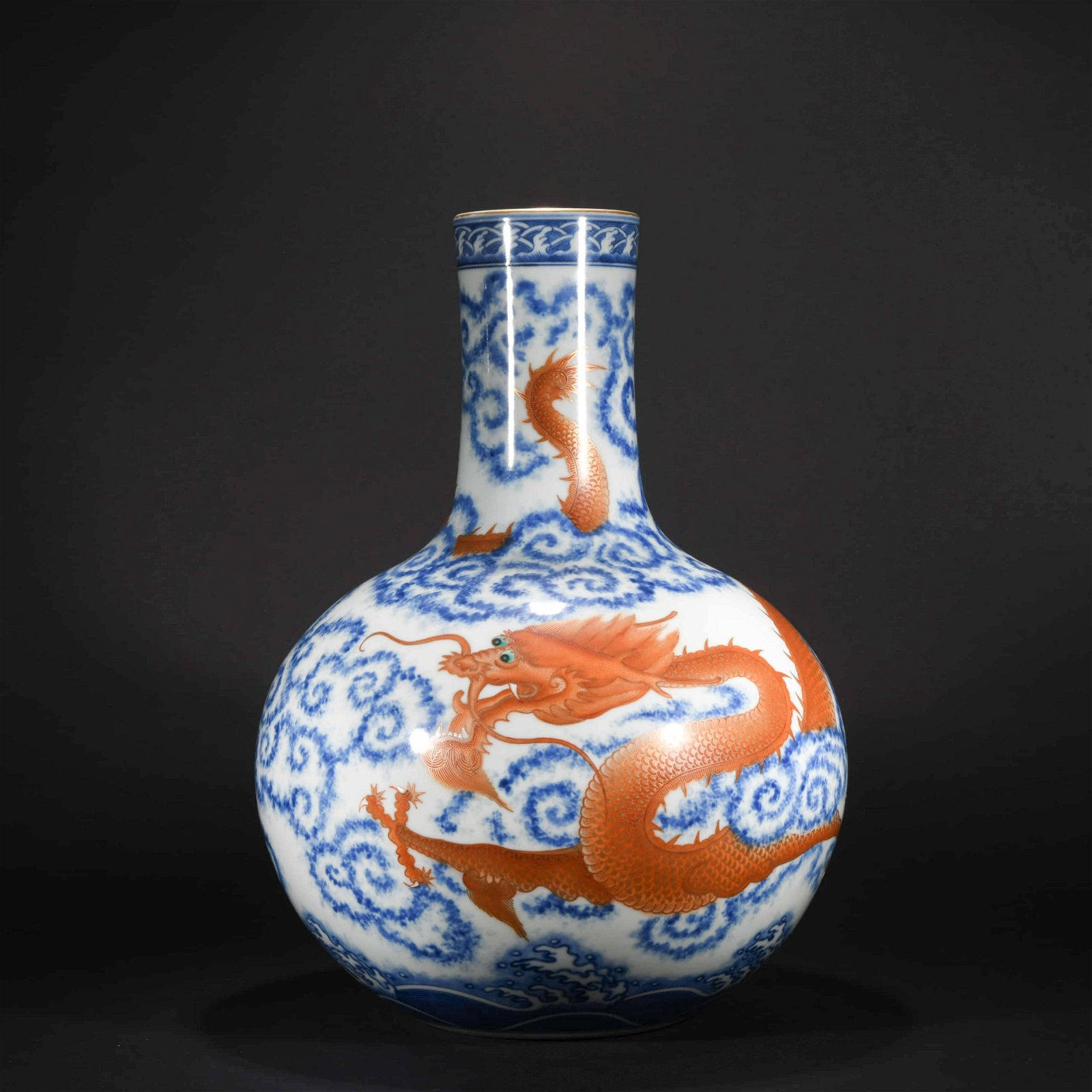 A CHINESE BLUE AND WHITE ALUM RED PORCELAIN GLOBULAR