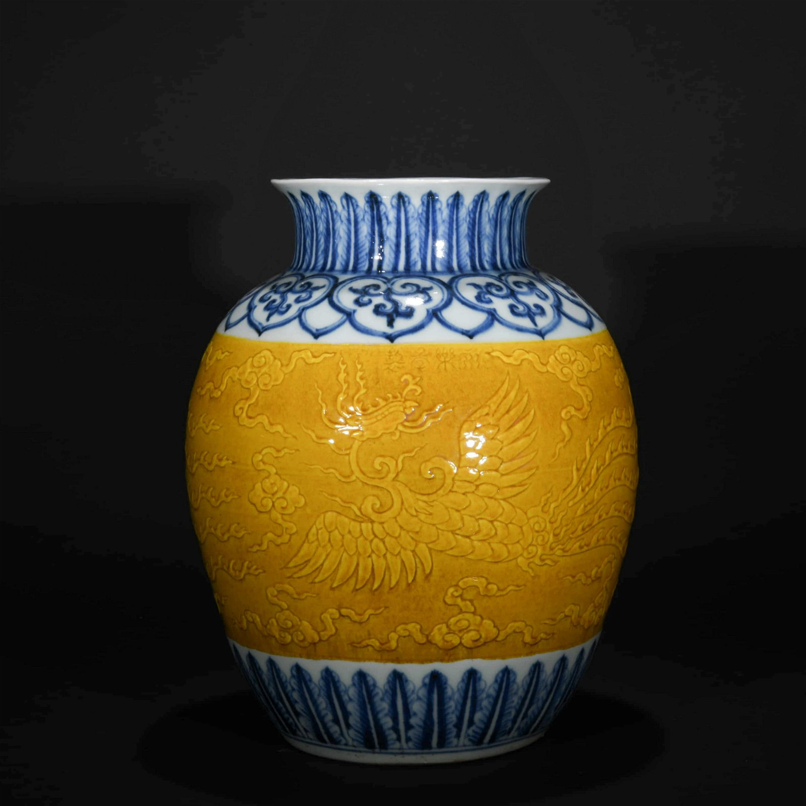 A CHINESE BLUE AND WHITE PORCELAIN RED GLAZED PORCELAIN