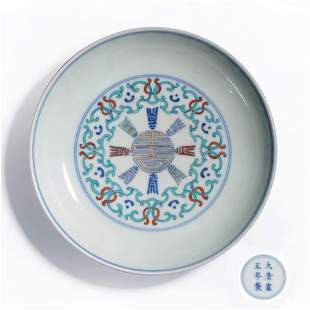 A BLUE AND WHITE DOUCAI FLORAL PORCELAIN PLATE