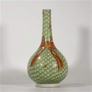A CHINESE FAMILLE-ROSE VASE,QING DYNASTY
