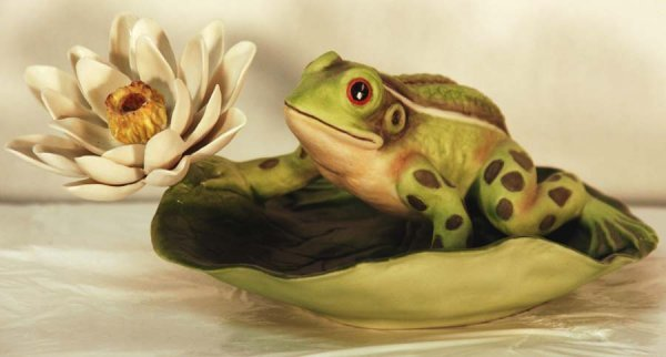 10: Boehm, USA - Frog on Lily pad