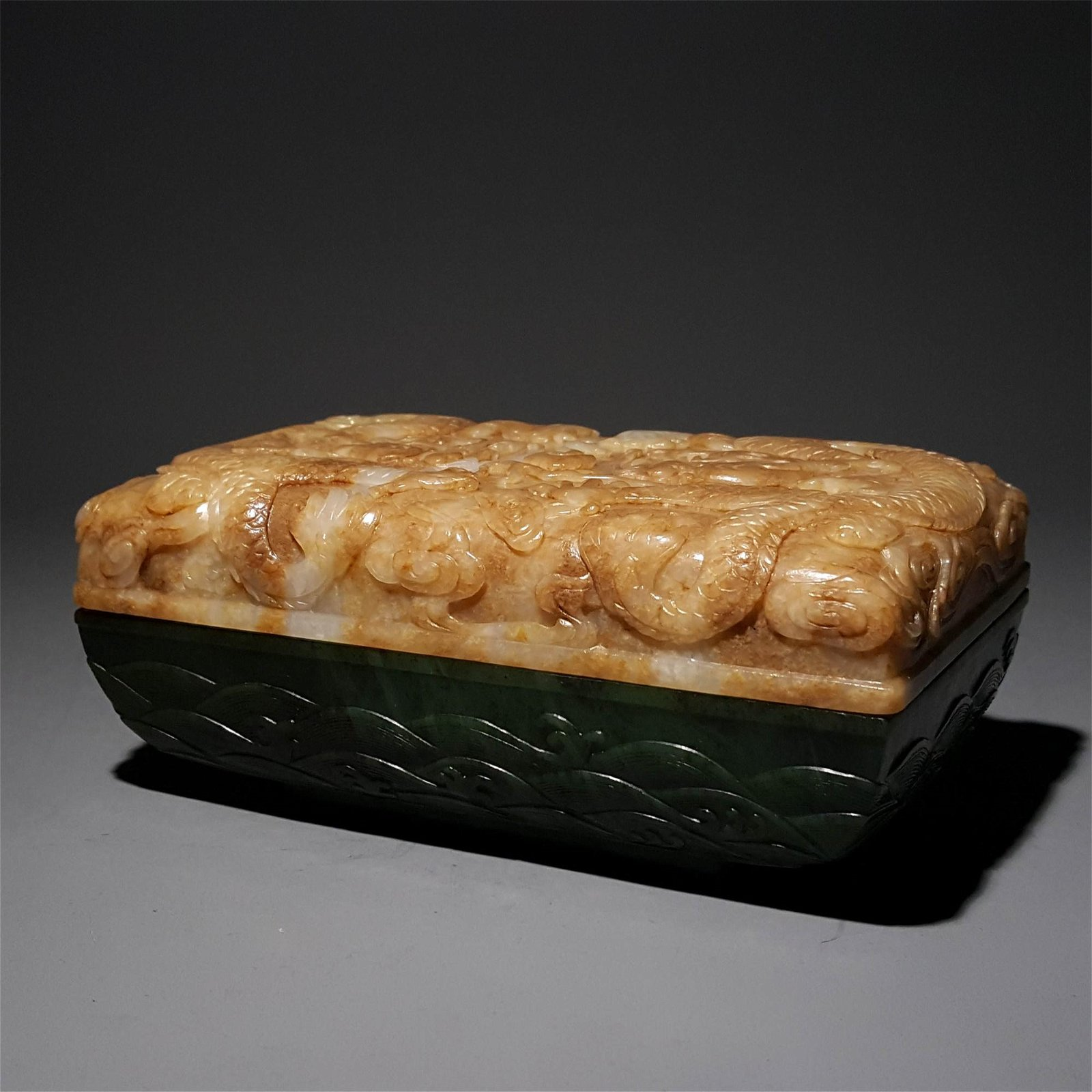 A QING DYNASTY CARVED WHITE JADE AND GRENN JADE BOX