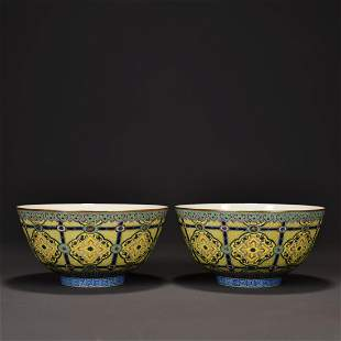 PAIR OF JAUNE-GROUND FAMILLE ROSE PORCELAION BOWLS