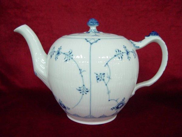 15: BLUE & WHITE PORCELAIN TEA POT SIGNED ROYAL COPENHA