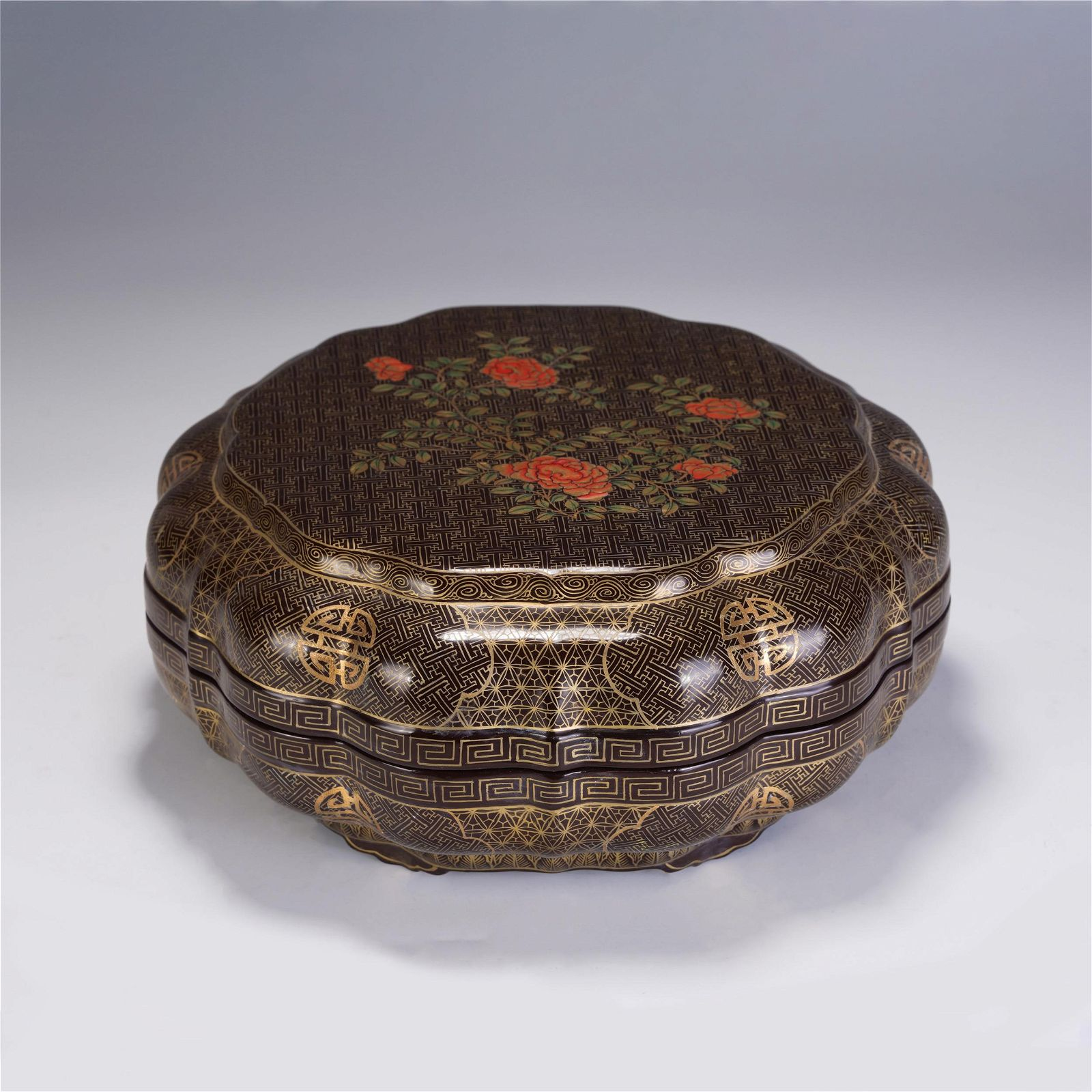 CHINESE RED LACQUER GILT-DECORATED FLOWERS PATTERN