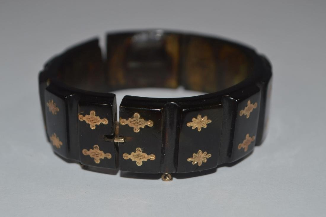 CARVED 19TH CENTURY TORTOISE SHELL AND GOLD BRACELET.