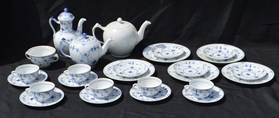 25+ PIECES OF ROYAL COPENHAGEN LUNCHEON SET WITH EXTRA
