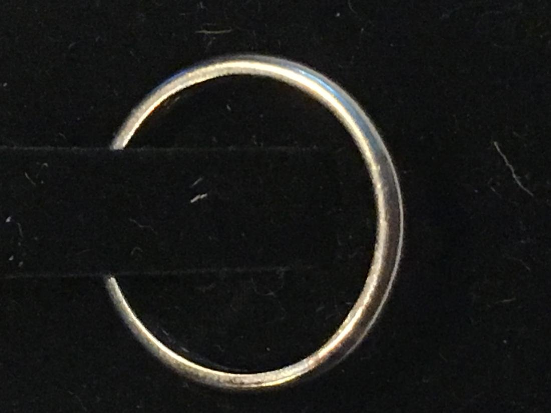 A 2.7 GRAM PLATINUM WEDDING RING