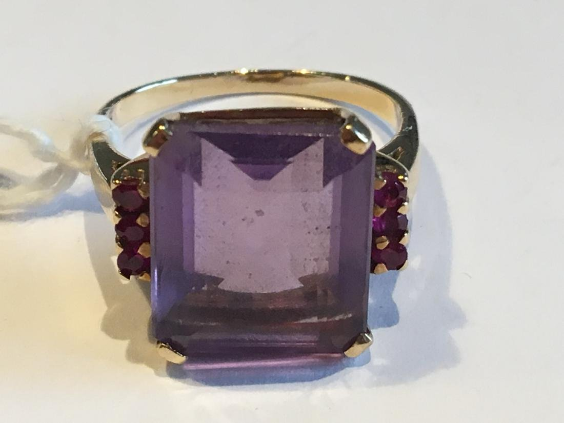 A 14K GOLD AND AMETHYST COCKTAIL RING WITH RUBIES 6