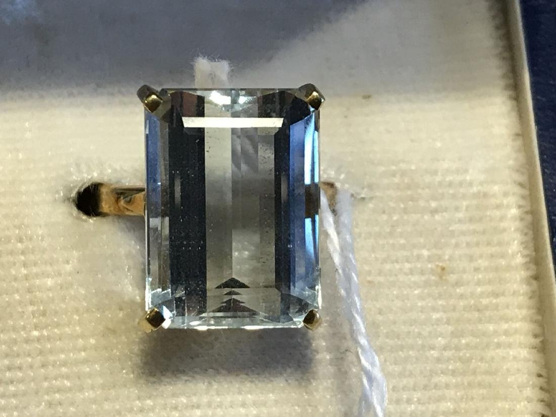 AN 18K GOLD AND AQUAMARINE COCKTAIL RING 6.7 GRAMS SIZE