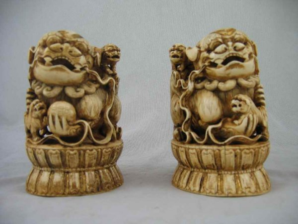 624195: PAIR OF MING DYNASTY CARVED IVORY FOO DOGS CHEN