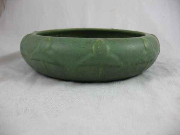 1211013: HAMPSHIRE POTTERY MATTE GREEN FERN HOLDER