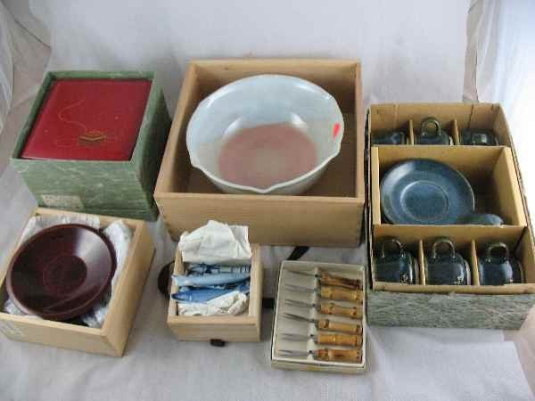 5250008: GROUPING OF BOXED CHINESE PORCELAINS AND LAQUE