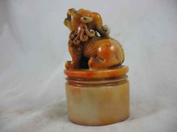 7270030F: CHINESE PRINTMAKERS SEAL W/ CARVED FOO DOG MO